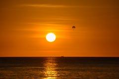 Parachutist na tle zmierzch nad morzem, Boracay, Filipiny Fotografia Royalty Free