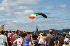 Parachutist no céu azul Imagens de Stock Royalty Free