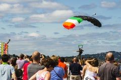 Parachutist no céu azul Fotografia de Stock Royalty Free