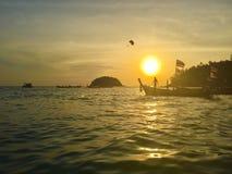 Parachutiste à l'arrière-plan ensoleillé dans le coucher du soleil Images stock
