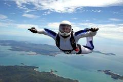 Parachutiste au-dessus de la mer Photos libres de droits