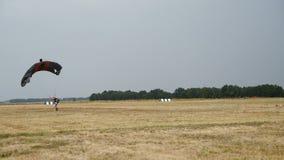 Parachutiste d'atterrissage sur le champ clips vidéos