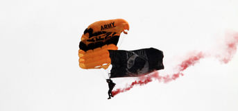 Parachutiste de parachute d'armée photo stock