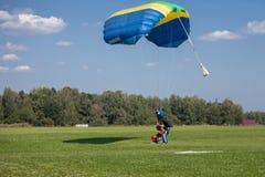 Parachutiste de parachutistes sur le ciel bleu sur le coucher du soleil images libres de droits