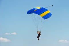 Parachutiste sur le parachute Images stock