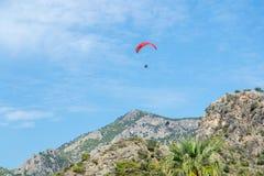 Parachutistes contre le ciel bleu et les belles montagnes Fond pour une carte postale color?e d'?t? photographie stock libre de droits