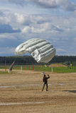 Parachutistes de chute Image stock