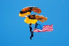 Parachutistes de l'armée américaine avec le drapeau américain Images stock