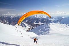 Parachutistes en montagnes Images libres de droits
