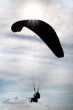 Parachutistes tandem de silhouette dans le ciel Photos stock
