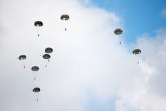 Parachutists в небе Стоковая Фотография