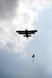 Parachutists скача спортсмены Стоковое Изображение