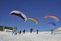 Parachutists туристов над городом Инсбрука Стоковая Фотография