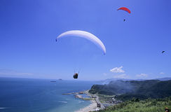 Parachutists over beach Royalty Free Stock Images
