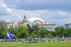 Parachutistverbindingsdraad het landen Royalty-vrije Stock Afbeeldingen