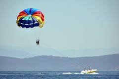 Parachutte y barco del Parasailing Foto de archivo libre de regalías