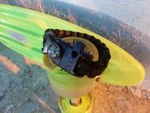 Paracord-Armband mit firestarter Schnalle auf Rochenrad Lizenzfreie Stockbilder