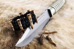 Paracord-Armband mit Messer und dem Geweih Stockbild