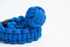 Paracord-Kobraknoten-Armbanduhrarmband mit der Affefaust Stockfoto