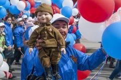 Parad em Tyumen em honra de pode 9, 2018 Mulher com boneca imagem de stock