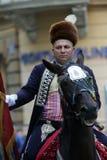 Parada 70个参加者、二十匹马和游行乐队的四十名成员宣布了下300 Alka 免版税图库摄影