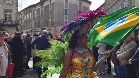 Parada bonita da mulher no traje africano no carnaval filme