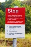 Parada BRITÂNICA £1000 do sinal do cruzamento Railway muito bem Foto de Stock Royalty Free