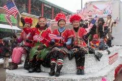 Parada chinesa do ano novo com as senhoras que acenam a bandeira imagens de stock
