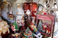 Parada colorida y brillante con las decoraciones del árbol de navidad en el mercado de la Navidad Imagenes de archivo