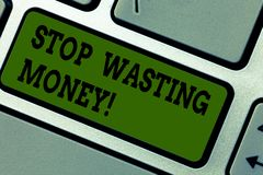 Parada da exibição do sinal do texto que desperdiça o dinheiro A foto conceptual para evitar a dissipação desperdiça o teclado in ilustração do vetor