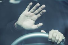 Parada da mão do homem no carro fotos de stock