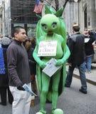 A parada da Páscoa na frente da catedral do ` s de St Patrick na 5a avenida em New York City Imagens de Stock