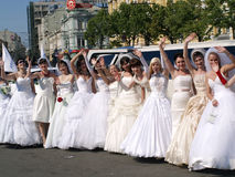 a ?parada das noivas? está em Kharkov (Ucrânia) imagens de stock royalty free