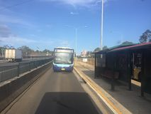 Parada de aproximação do ônibus de Sydney na estrada do M2 fotografia de stock