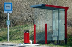Parada de autobús con el tablero de la información foto de archivo libre de regalías