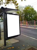 Parada de autobús con un bilboard en blanco imagen de archivo