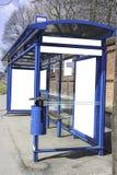 Parada de autobús con una cartelera fotografía de archivo