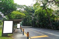 Parada de autobús en el ambiente verde fotos de archivo libres de regalías