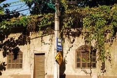 Parada de autobús en la casa pobre en el Brasil imagen de archivo