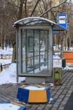 parada de autobús en la ciudad en invierno fotos de archivo libres de regalías
