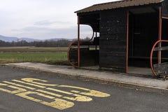 Parada de autobús en medio de la nada foto de archivo libre de regalías