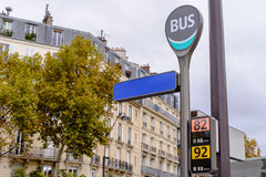 Parada de autobús en París el otoño Imagen de archivo libre de regalías