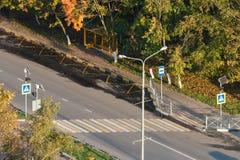 Parada de autobús entre los árboles del otoño Fotos de archivo