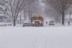 Parada de autobús escolar de la tormenta del invierno Fotografía de archivo