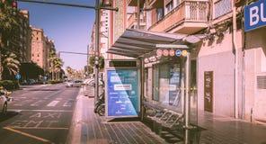 Parada de autobús de la compañía de EMT en una calle Imagenes de archivo