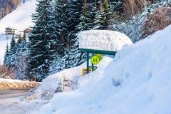 Parada de autobús nevada Regi?n Schladming-Dachstein, distrito de Liezen, Estiria, Austria del esqu? foto de archivo