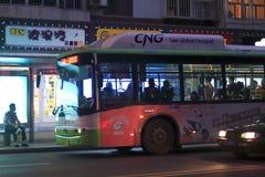 Parada de autobús por la tarde Fotos de archivo libres de regalías
