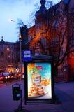 Parada de autobús por noche Imagen de archivo libre de regalías