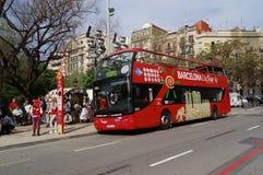 Parada de autobús roja turística de Barcelona fotos de archivo