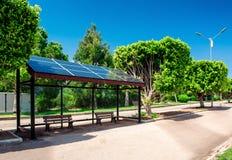 Parada de autobús solar foto de archivo libre de regalías